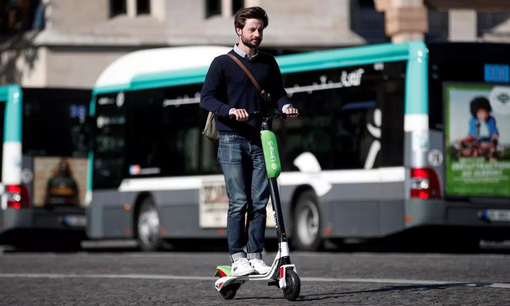 Après les voitures à 30 km/h, Paris veut brider les trottinettes à… 10 km/h