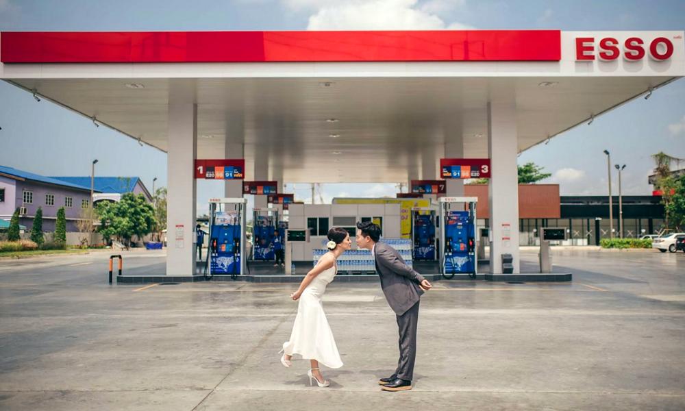 Offrir de l'essence pour un mariage, c'est très tendance en Inde