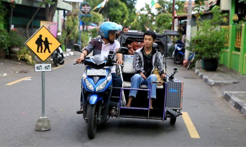 Un Indonésien crée des taxis side-car pour handicapés