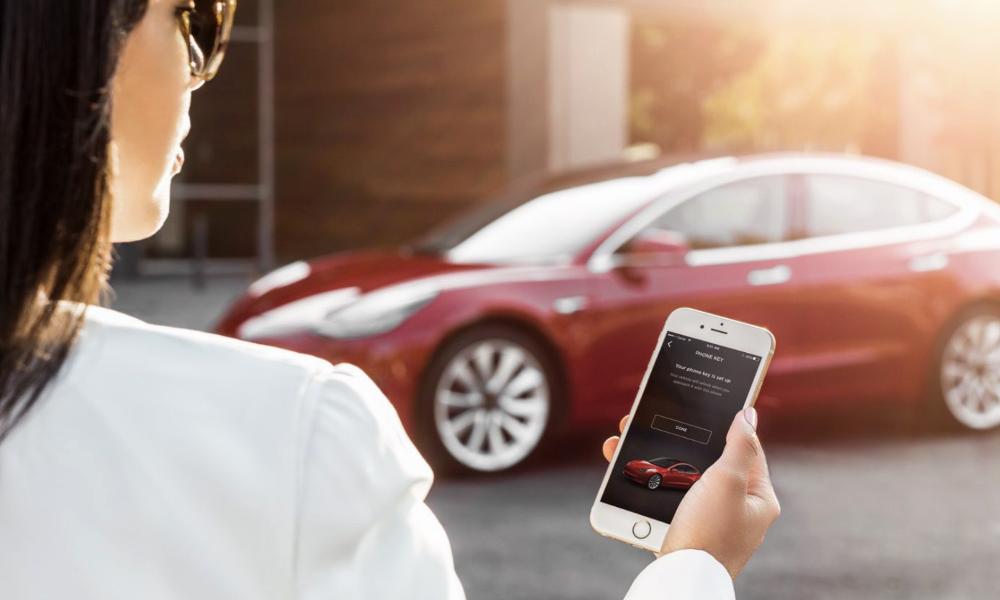 D'ici Noël, les Tesla seront téléguidées par smartphone