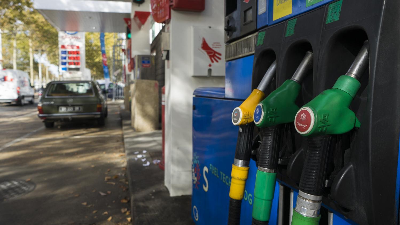 Malgré l'annulation de la taxe carbone, les automobilistes ne vont pas économiser beaucoup