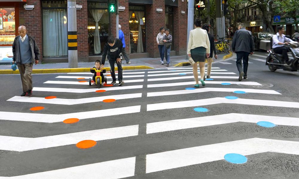 Ces artistes redessinent les routes pour protéger les piétons