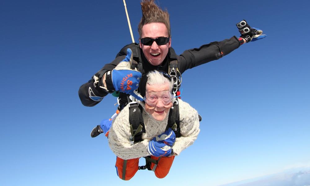 Elle s'appelle Irène et elle a 102 ans : voici la plus vieille parachutiste du monde