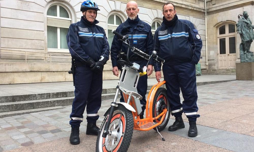 À Nevers, les policiers roulent en trottinette électrique ultra badass