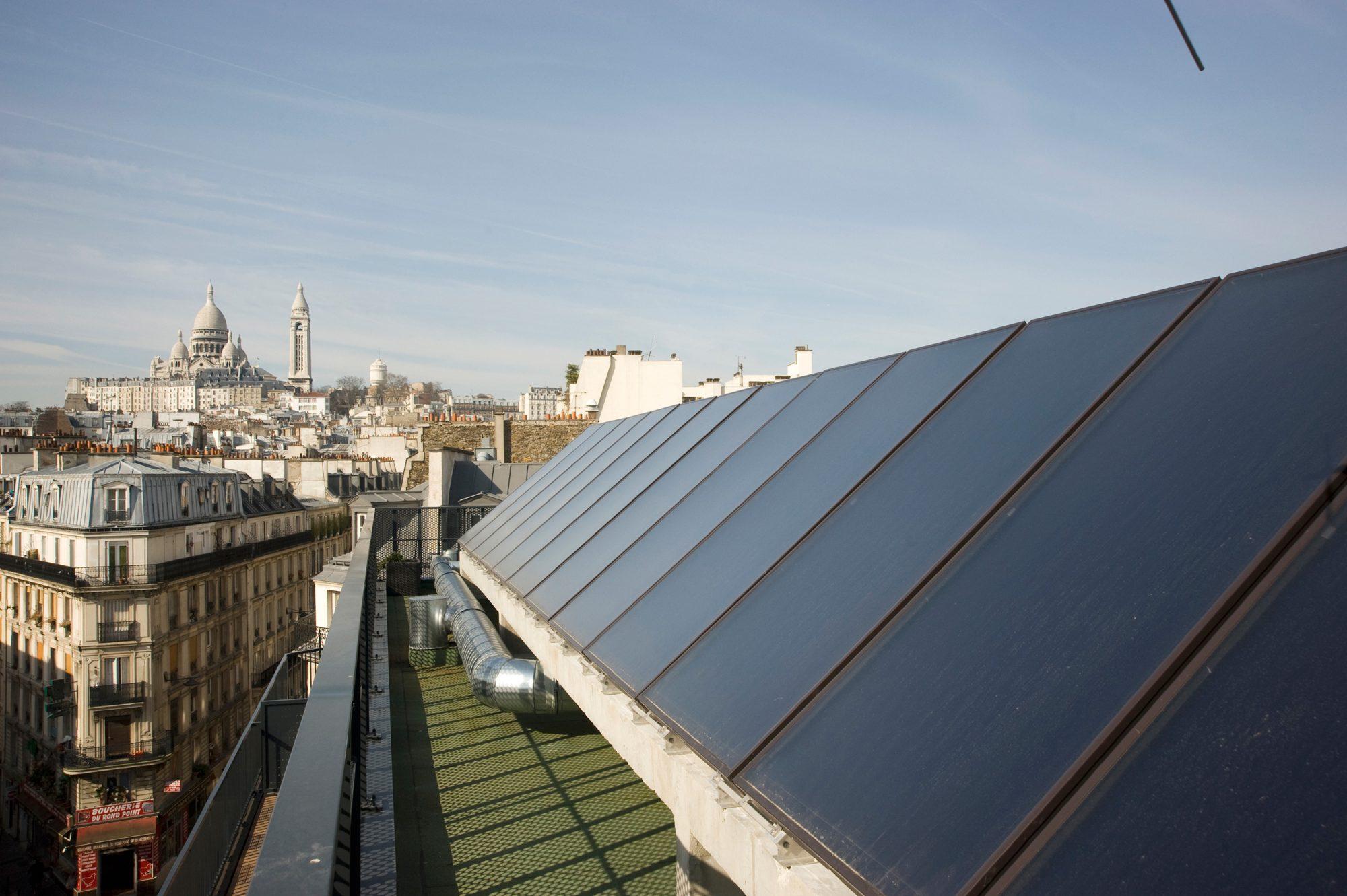 Des illuminés veulent installer des panneaux solaires sur tous les toits de Paris