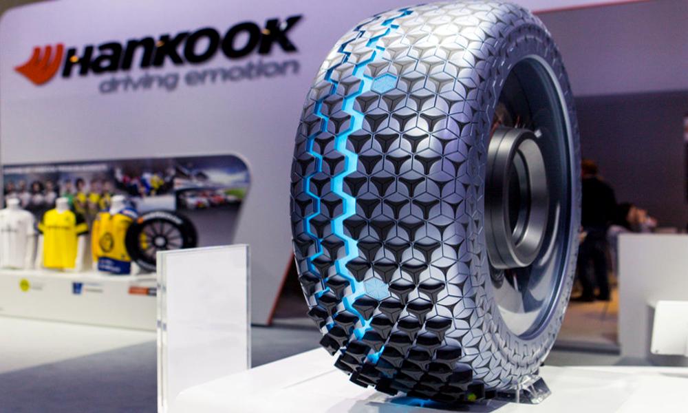 Pour éviter l'aquaplaning, ce super pneu se divise en deux