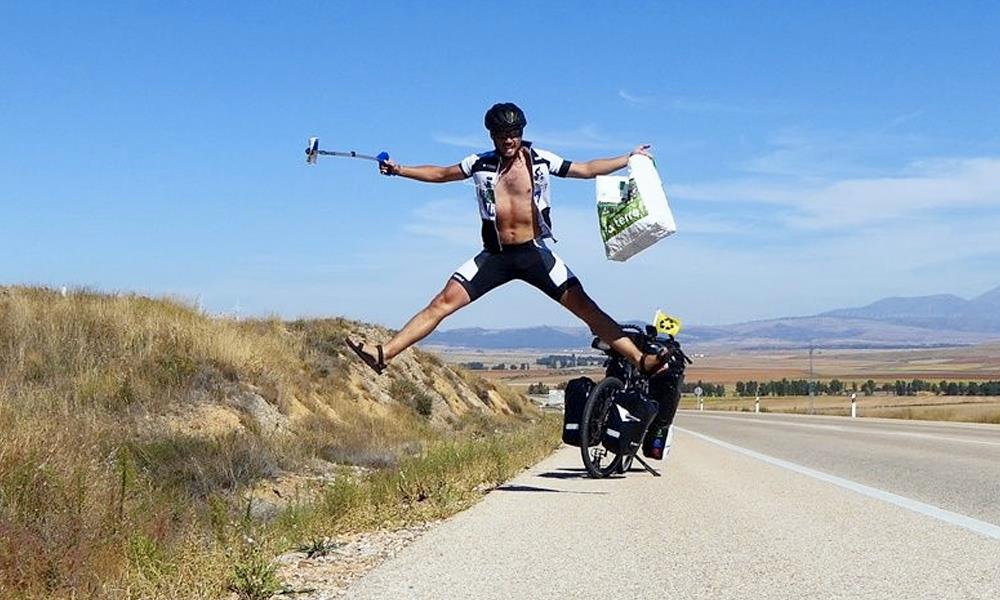 Avec son vélo et sa pince télescopique, ce Breton part ramasser 1 tonne de déchets