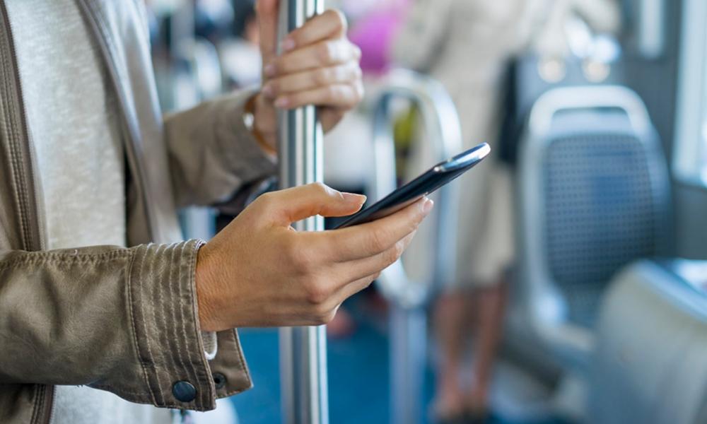 Smartphone dans le bus