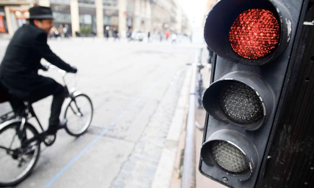 Le saviez-vous ? Dans certaines villes, les vélos peuvent griller les feux rouges