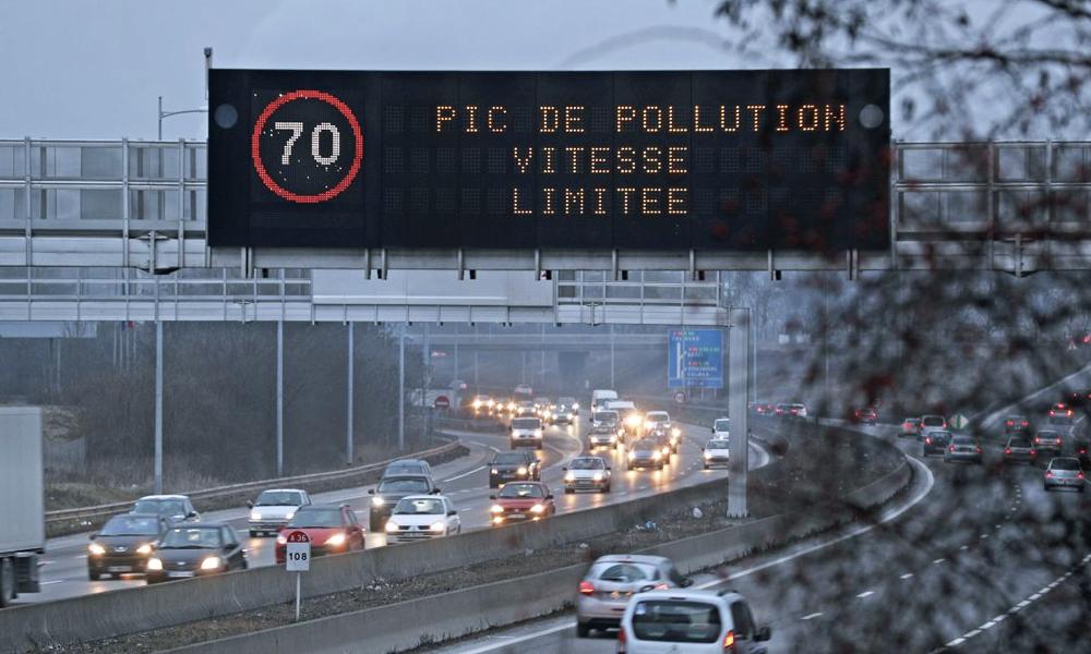 Pics de pollution: rouler moins vite, ça sert vraiment à quelque chose?