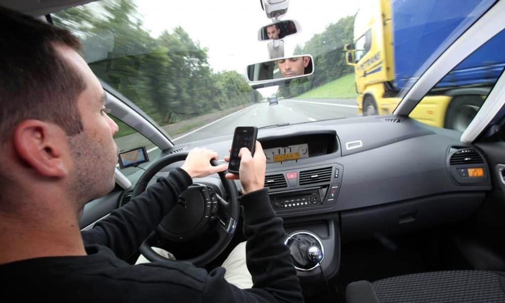 70% des Français confondent voiture et bureau, et téléphonent au volant