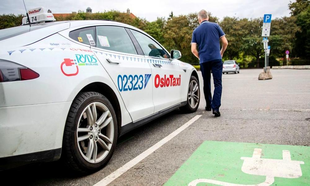 Première mondiale : Oslo teste la recharge sans fil pour ses taxis électriques