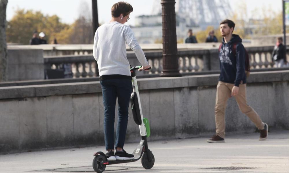 Aïe : la mairie de Paris veut taxer les trottinettes et les vélos en libre-service