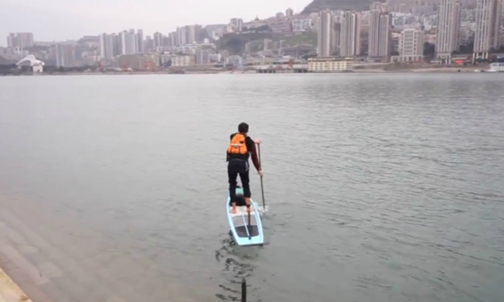Pour éviter les bouchons, ce Chinois part au boulot en paddle