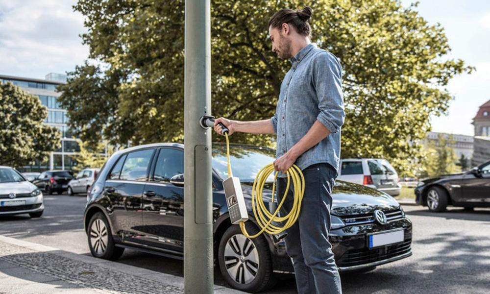 Voiture électrique : Paris teste la recharge gratuite sur les lampadaires