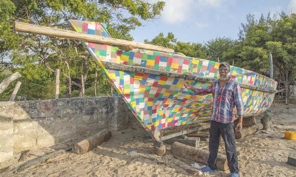 Pour sensibiliser sur la pollution plastique, ces Kényans ont construit un bateau en tongs