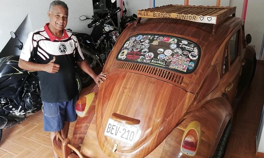 Il construit une voiture en bois et parcourt 12 000 km pour l'offrir à sa fille