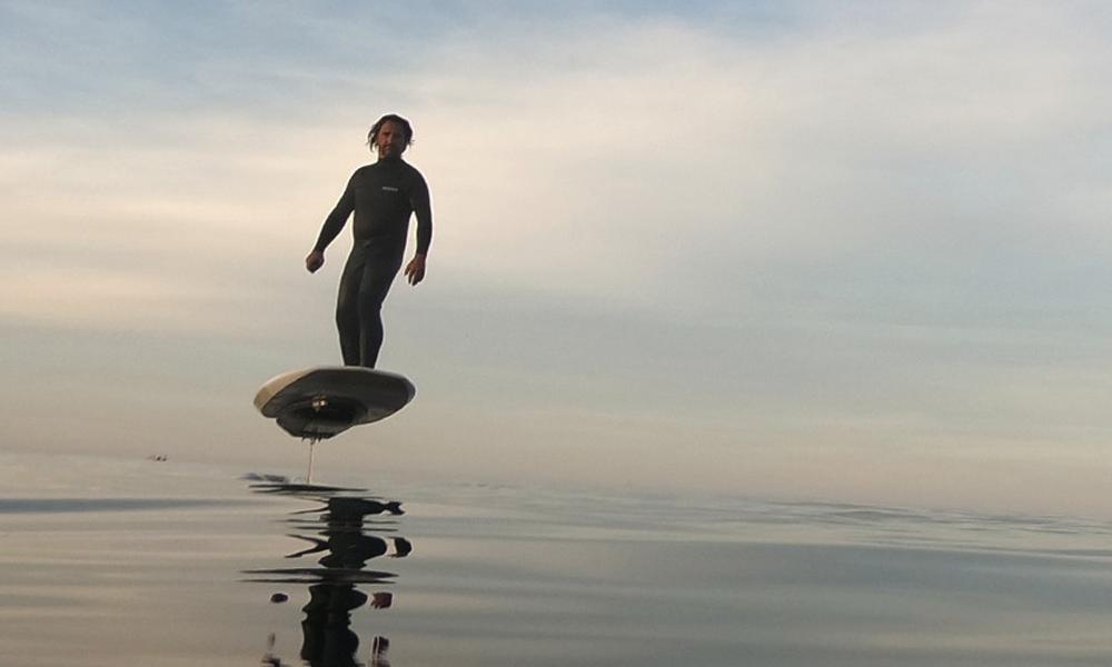 La planche de surf électrique ET volante, future star des plages ?