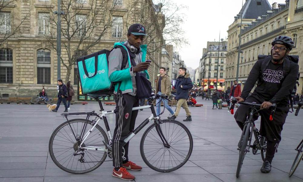 """À Paris, la """"Maison des coursiers"""" offre une aire de repos aux livreurs entre deux courses"""
