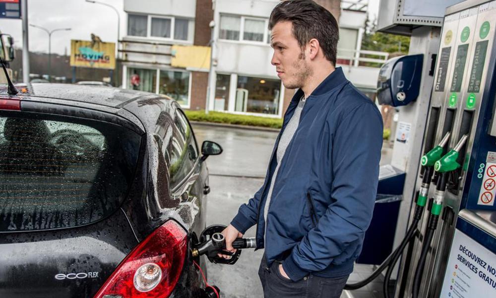 Pourquoi la trappe à carburant des voitures n'est jamais placée au même endroit ?