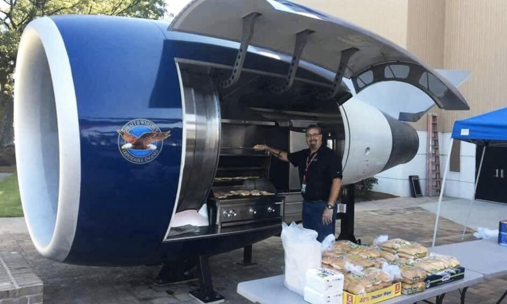 Pour l'amour de la viande, ils transforment un réacteur d'avion en barbecue géant