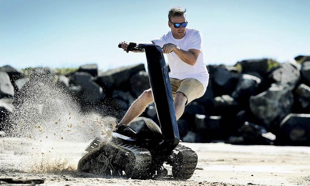 Boue, neige, sable… cette trottinette-tank peut rouler partout