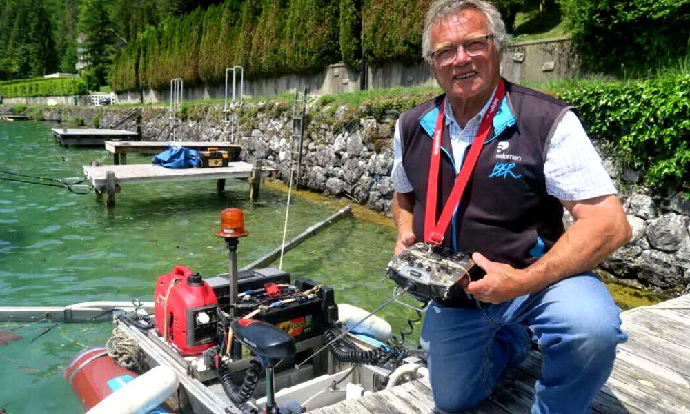 Il invente un bateau dépollueur et décide de nettoyer le lac d'Annecy
