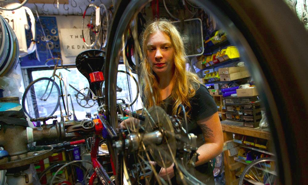 À La Cycklette, les Parisiennes apprennent à réparer leur vélo toutes seules