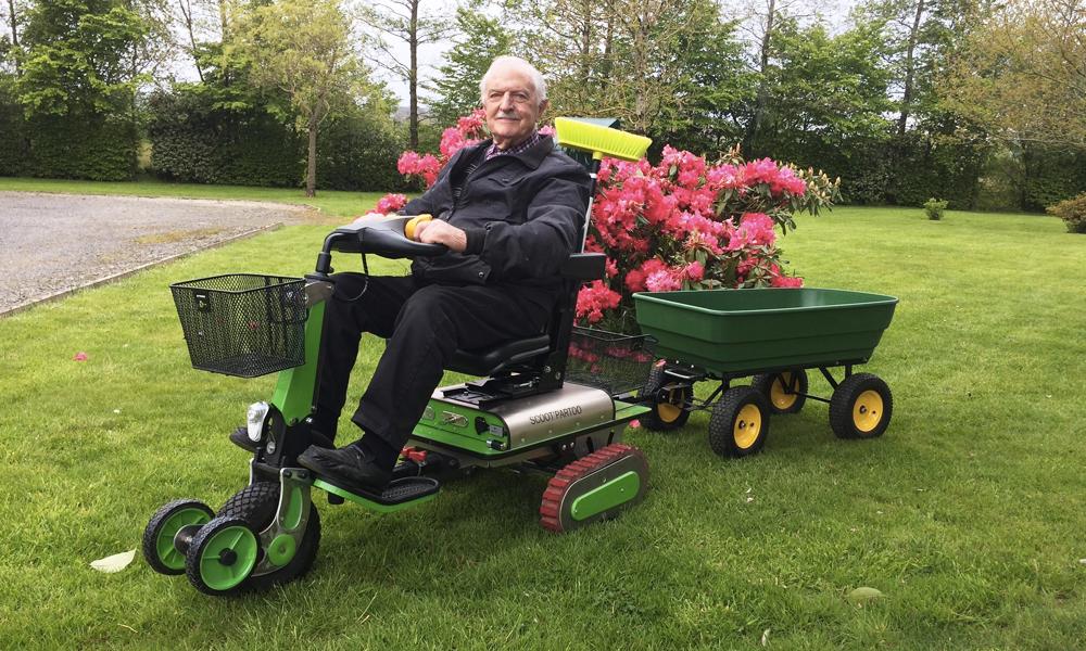 À 88 ans, ce papy Trouvetou invente un fauteuil roulant vraiment tout-terrain