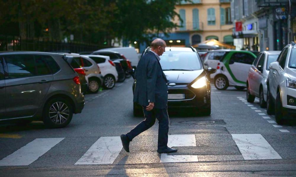 Marche ou crève : il sera bientôt interdit de se garer à côté des passages piétons