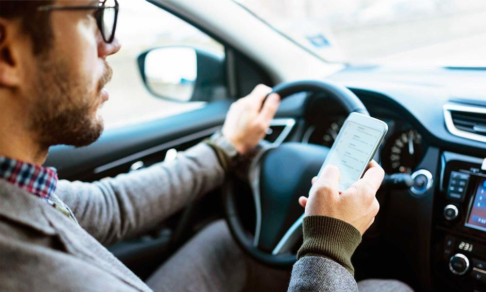 7 Français sur 10 utilisent le portable au volant (et c'est plus dangereux que l'alcool)