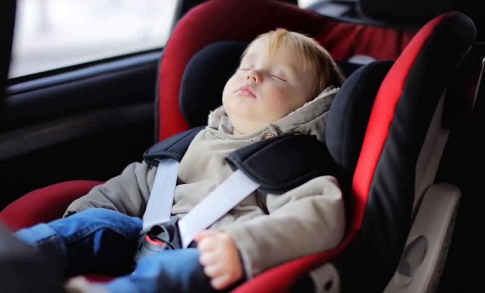 Deux étudiants inventent un système pour sauver les bébés oubliés dans les voitures