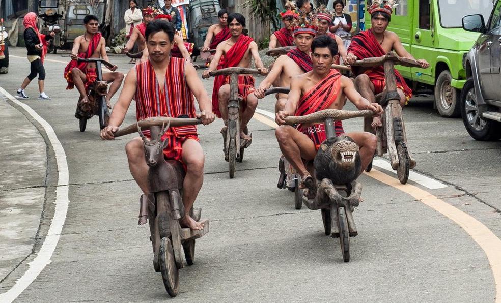 Aux Philippines, des aborigènes sculptent le bois pour créer des vélos incroyables