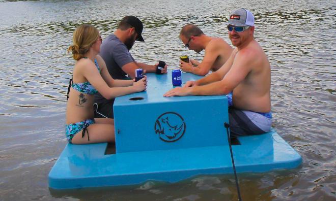 Plus jamais ringard au camping grâce à cette table de pique-nique flottante