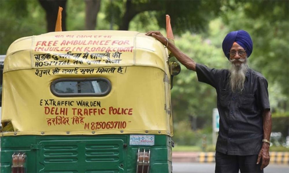 Cet Indien transporte gratuitement les blessés avec son tuk-tuk ambulance