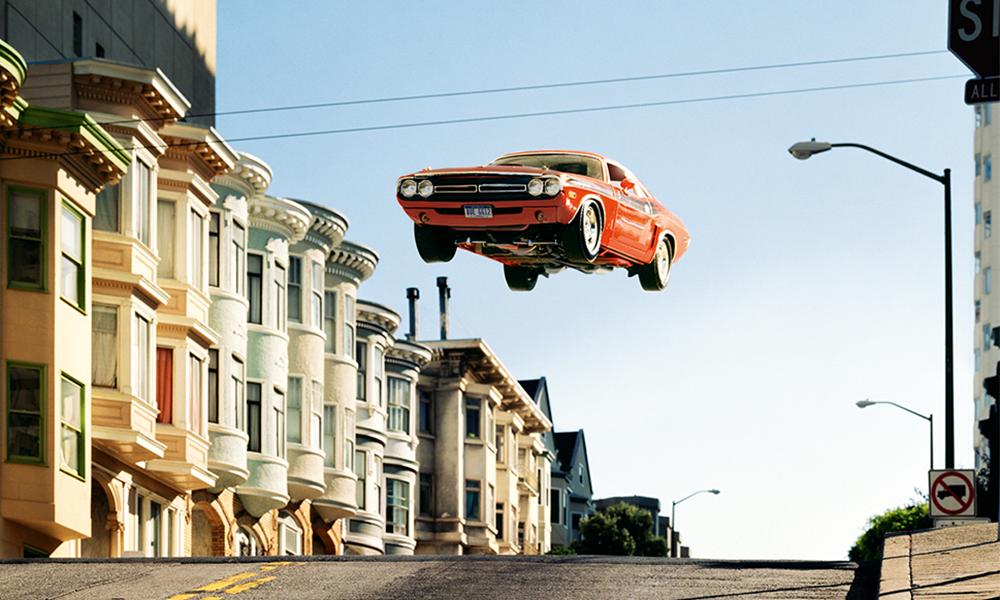 Ce photographe recrée des scènes de courses-poursuites avec des voitures volantes