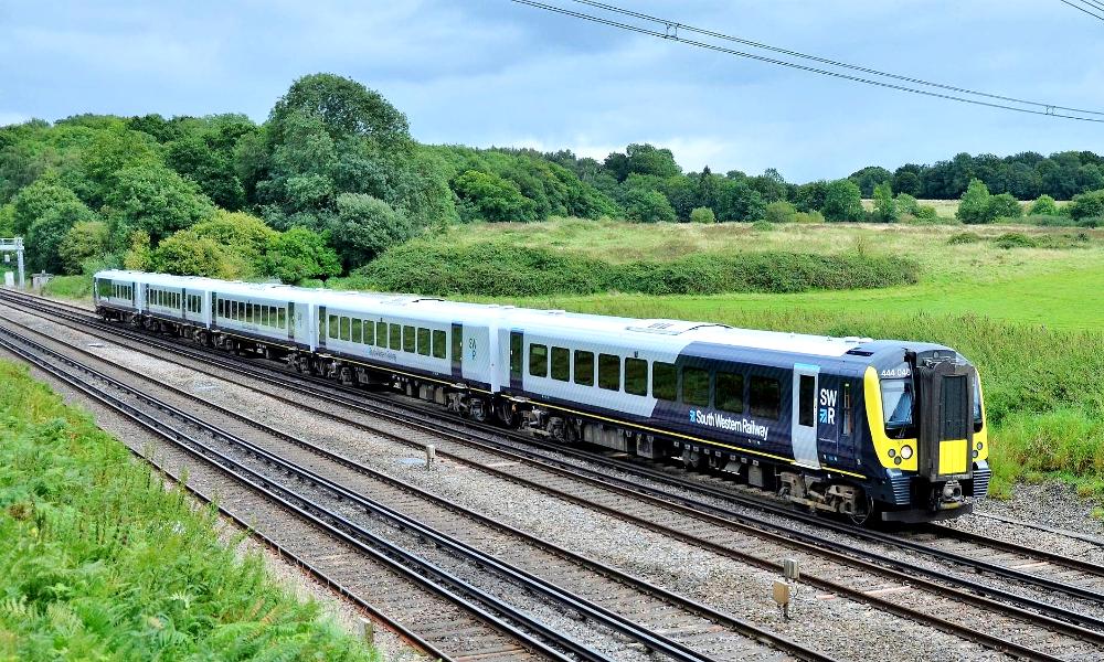 Première mondiale: l'Angleterre lance les trains à énergie solaire