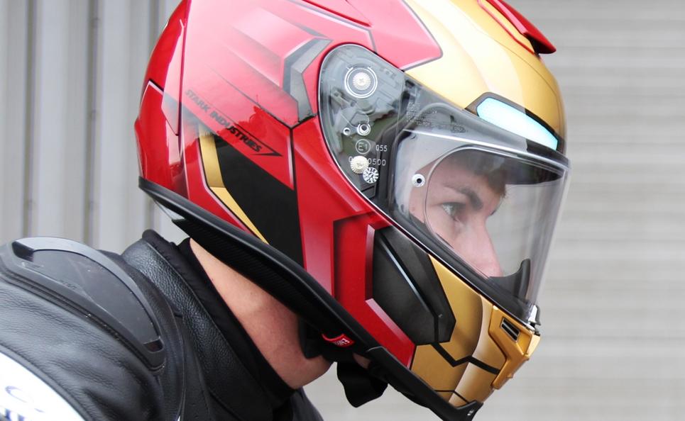 Déguisé en Iron Man, ce motard offre des super-cadeaux aux passants