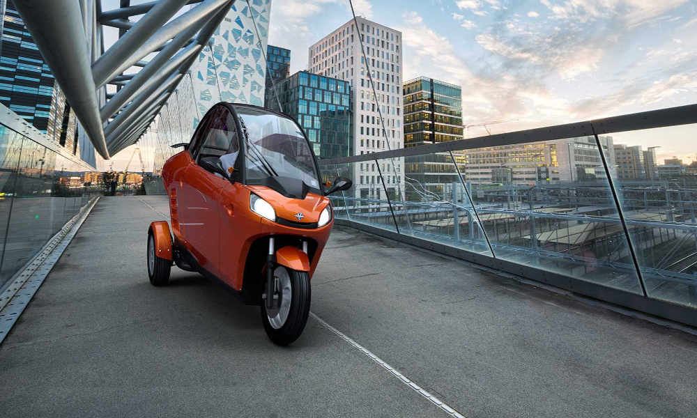 Tout le monde se lève pour cette voiture électrique qui se pilote comme une moto