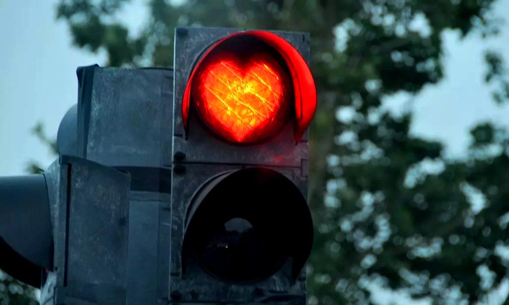 Ce feu-radar ne passe au vert que si vous respectez la limitation de vitesse