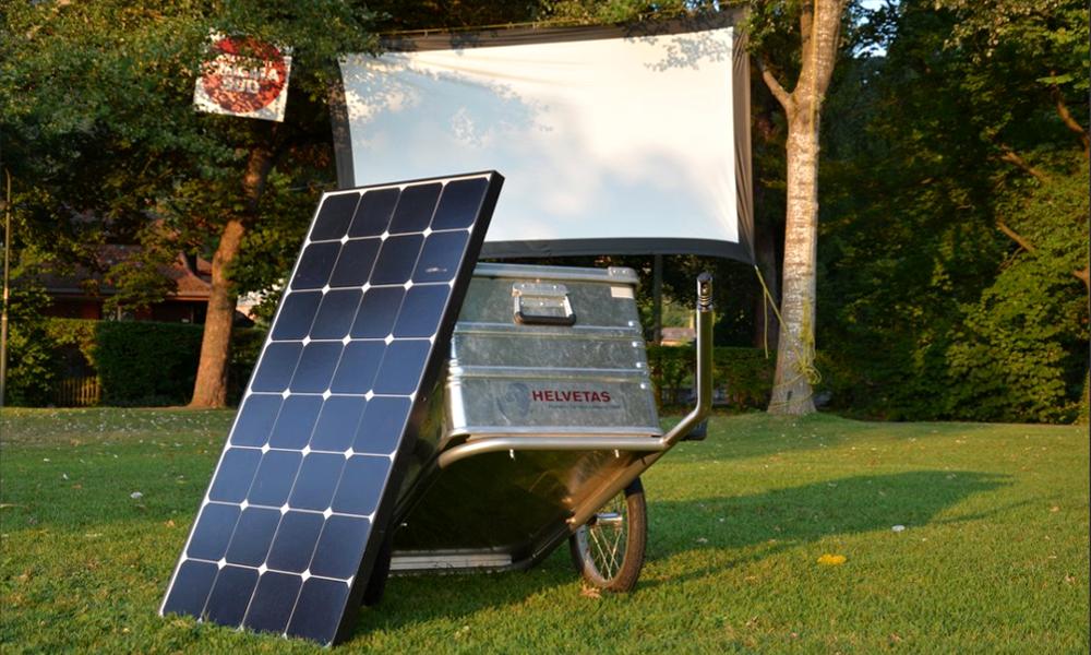 Un vélo, un projo, un panneau: bienvenue au cinéma solaire