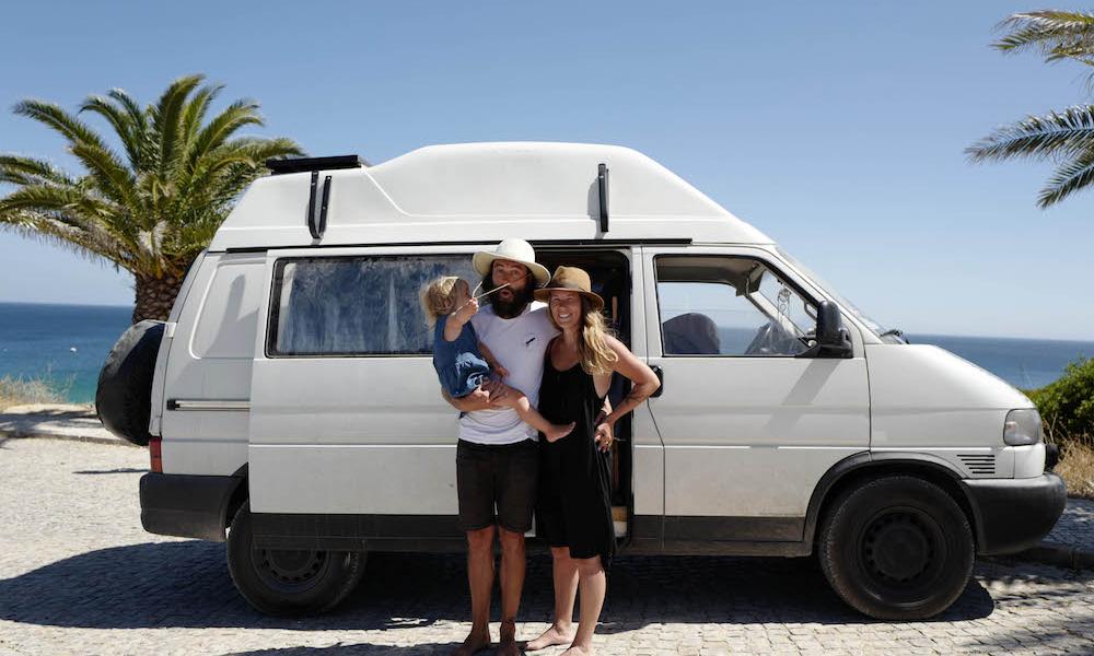 Nomade, cette famille française vit de camion et de surf