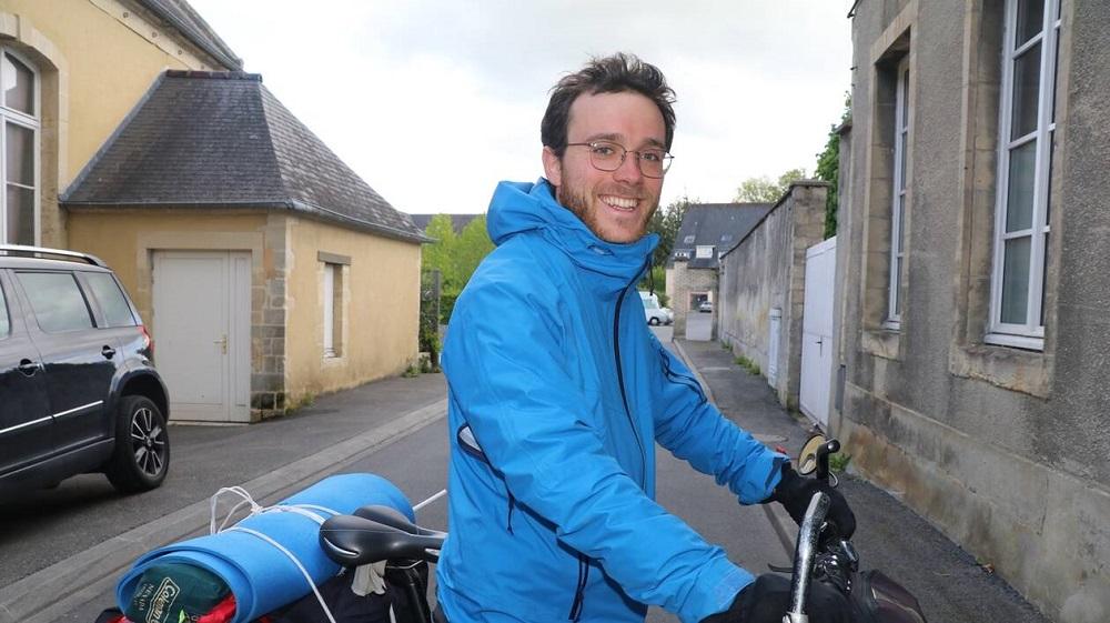Cet ingénieur parisien parcourt le Calvados à vélo pour parler d'écologie avec les maires