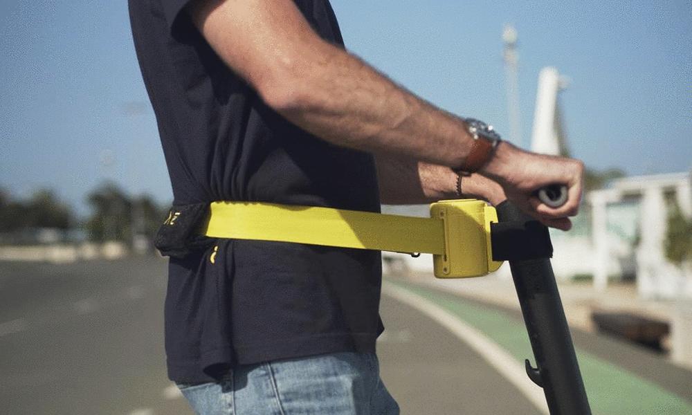 Avoir l'air cool ou conduire : voici la ceinture de sécurité pour trottinettes