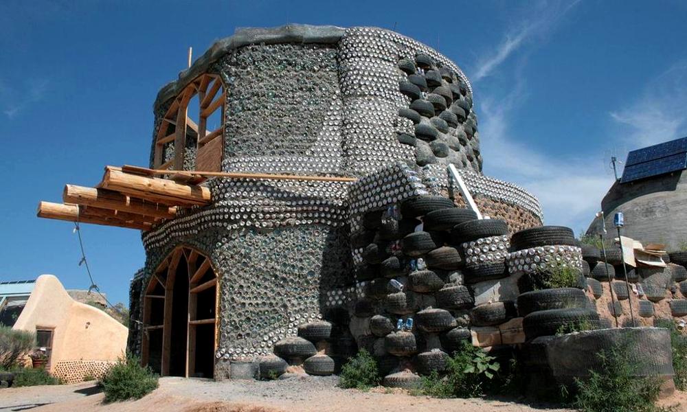 Un couple fan de recyclage construit sa maison en… vieux pneus