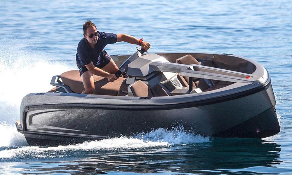 Toujours classe avec ce mini yacht jet-ski