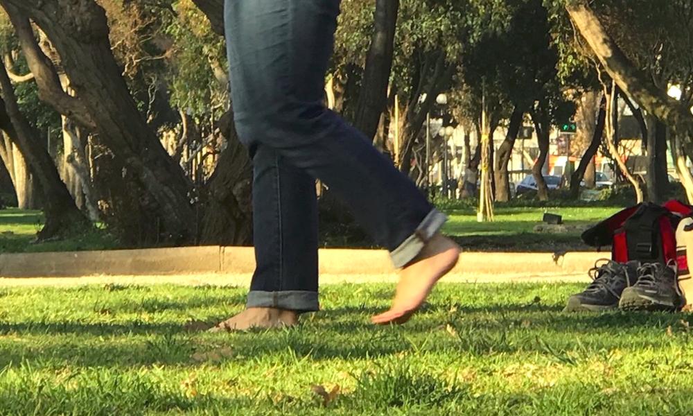 L'Earthing : marcher pieds nus pour être en bonne santé