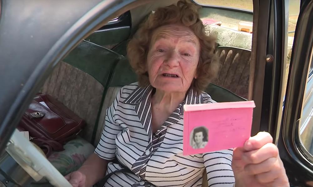 Yvonne a 94 ans et elle conduit la même voiture depuis 1954