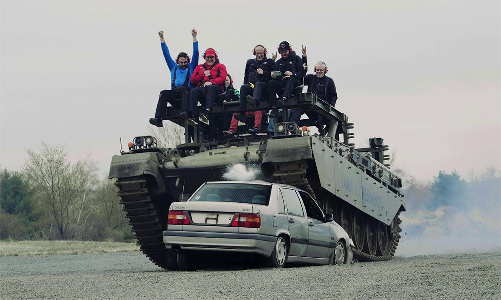 Aux USA, les employés se relaxent en écrasant des voitures avec… un tank