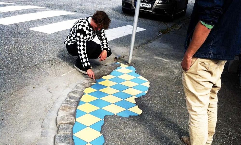 EmEmEm, l'artiste qui répare les routes avec des mosaïques